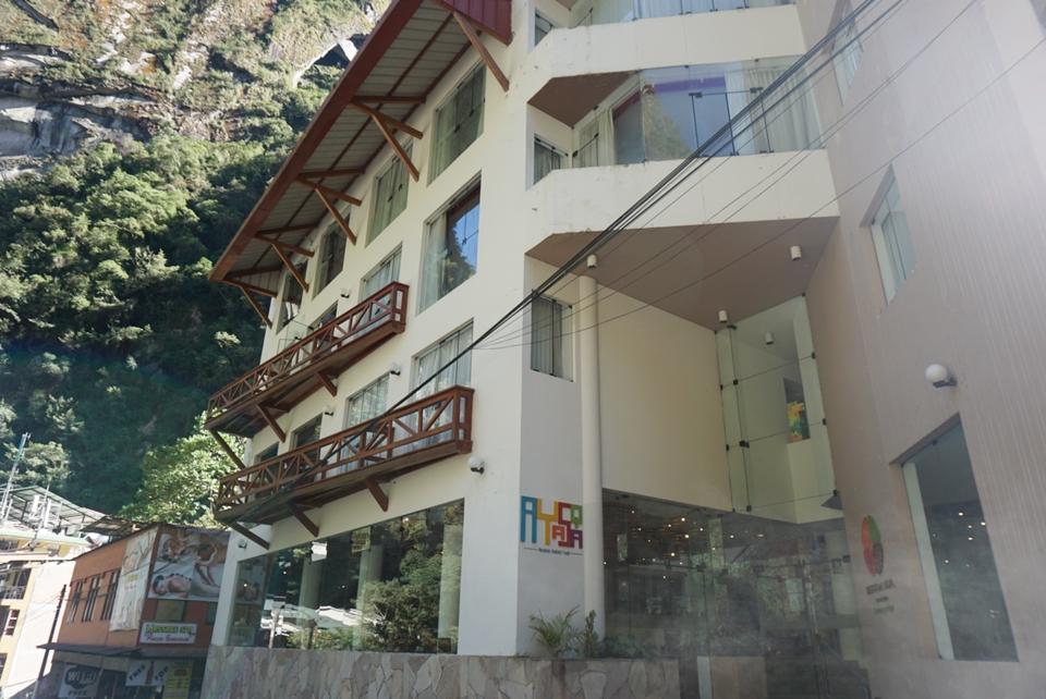 ホテル外観。坂の途中で急な山の麓にあります。前は川があります。