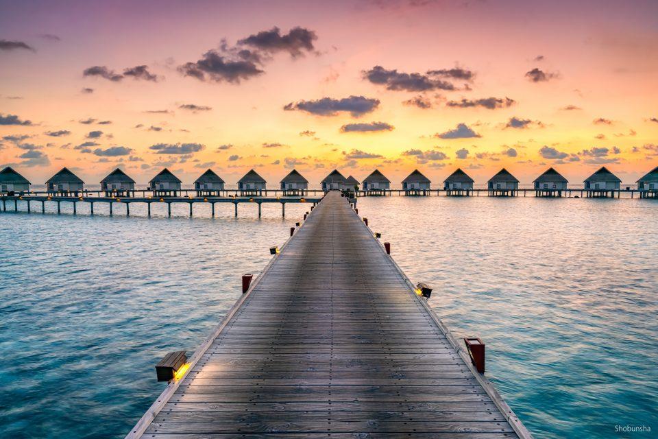 Romantischer Sonnenuntergang in einem Luxushotel in der Südsee