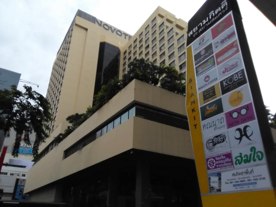 ホテル外観とショッピングセンター