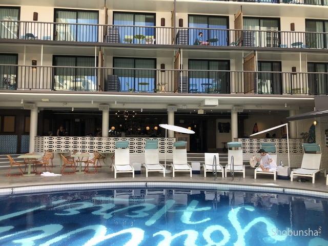 プール越しのレストランと客室。
