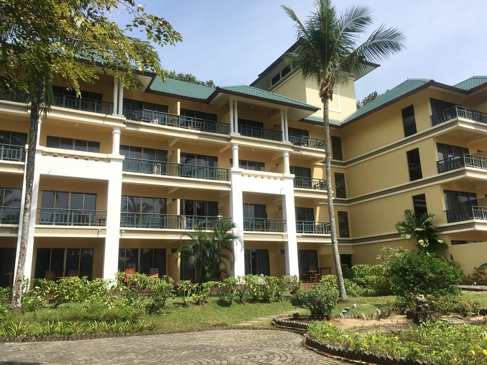 中庭側から見たホテル外観。黄色い壁と緑の屋根がとても可愛らしい建物でした。