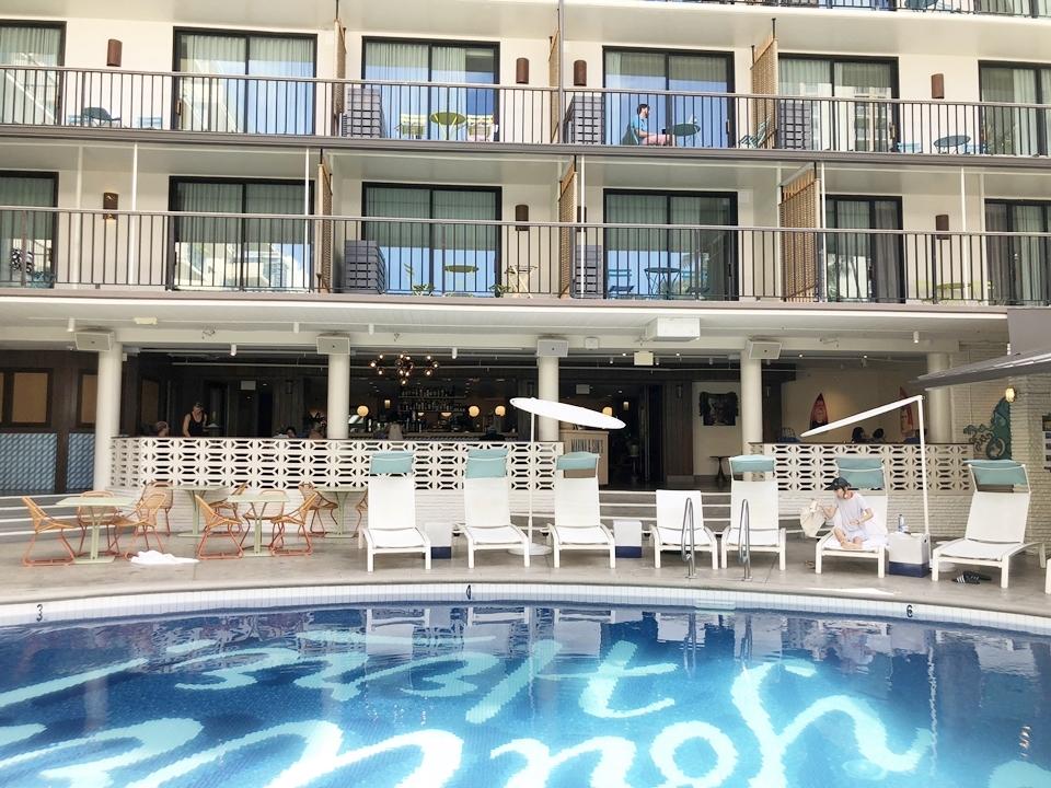 プール越しのレストランと客室。 (1)