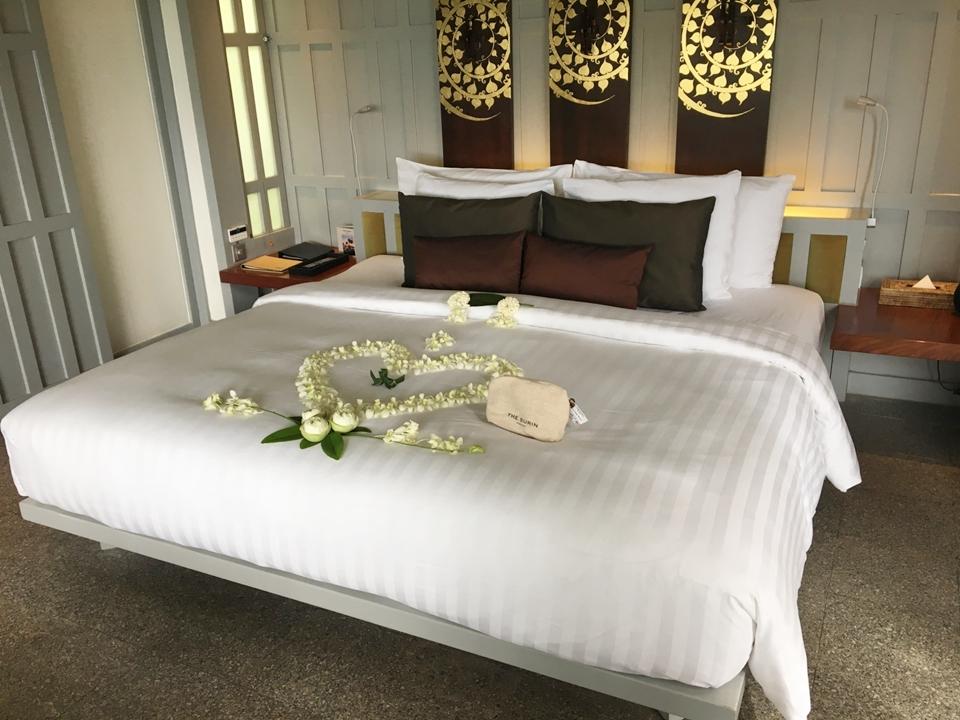 ベッド。ハネムーン仕様に花で飾られています