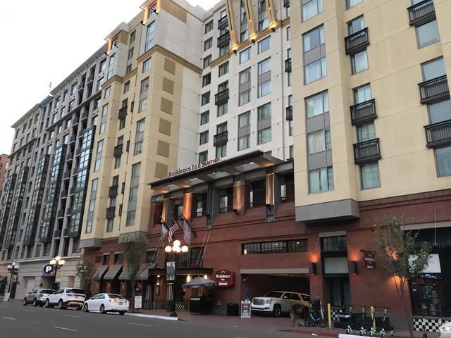 ホテル外観 周りに建物が密集していてこれが限界です