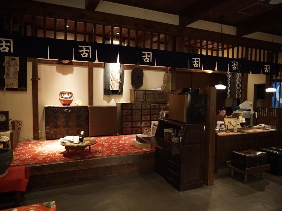 フロントの雰囲気は昔の日本宿のよう