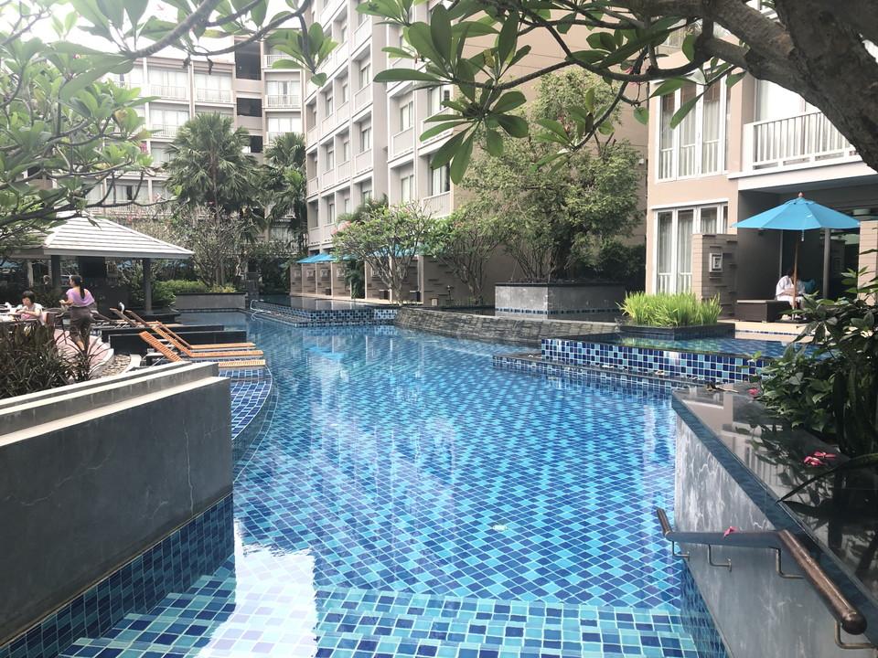 レストランと宿泊棟の間にはプールが。清潔で広いです。