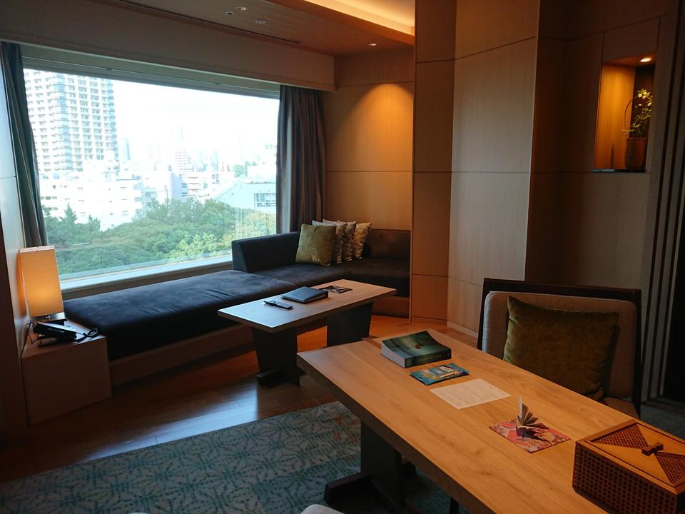 ソファー 窓際には足を伸ばして寛げるソファーがあり、のんびりとTVを見たり景色を眺めることができます。