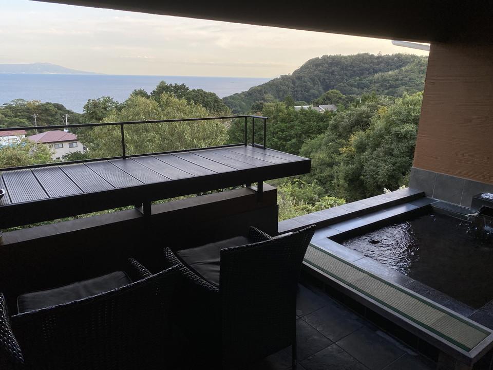 露天風呂の隣はテラス