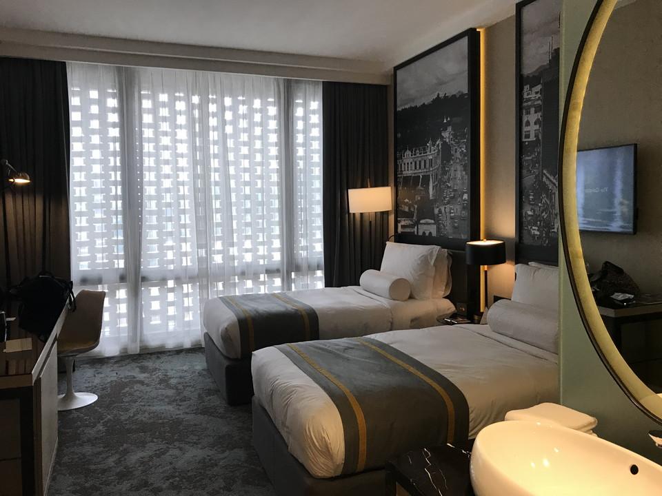 客室全体(窓側方向)窓側方向を向いた客室全体です。グレーが基調でモダンシックな内装です。